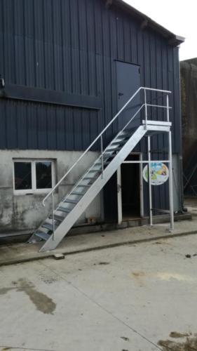 Installation d'un escalier galvanisé sur une exploitation agricole